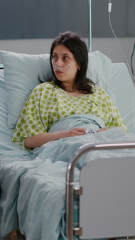 Medico medico che esamina paziente donna malata durante l'appuntamento farmaceutico in reparto ospedaliero