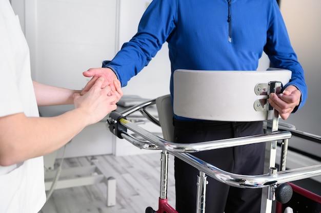 근 위축성 측삭 경화증 환자를 돕는 물리 치료사.