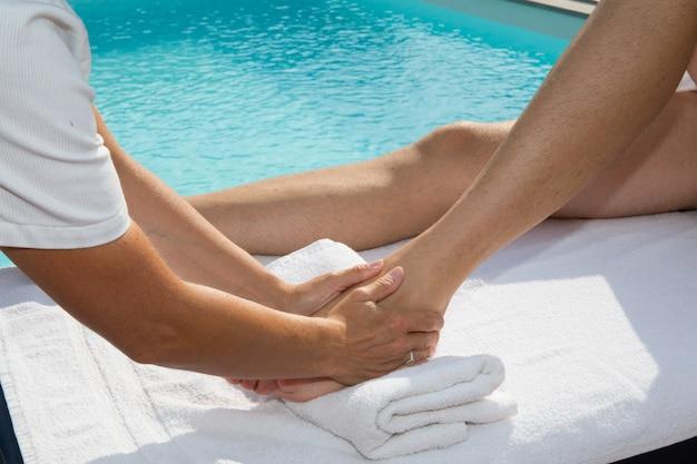 Физиотерапевт делает массаж ног