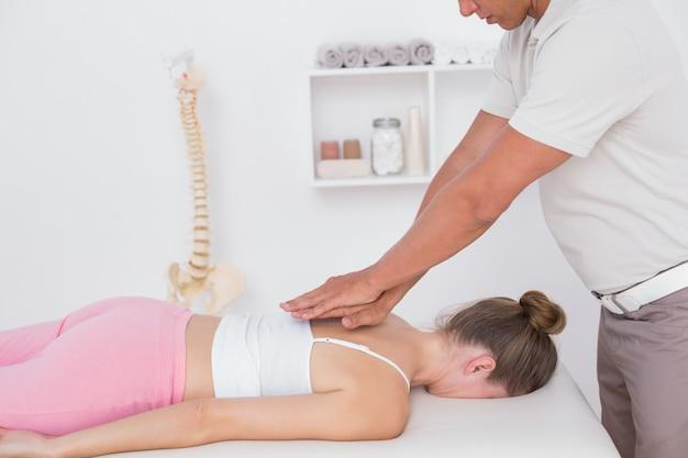 Физиотерапевт делает массаж спины