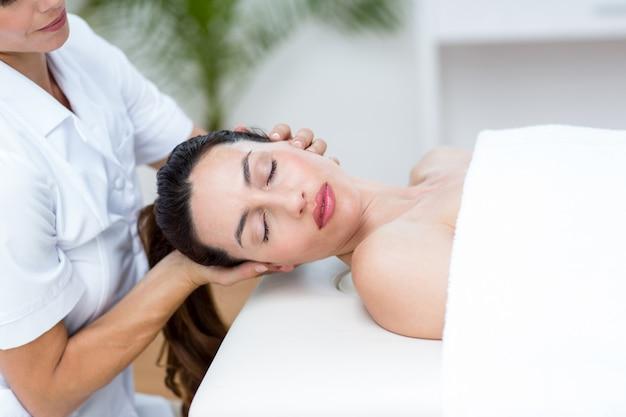Физиотерапевт делает массаж шеи