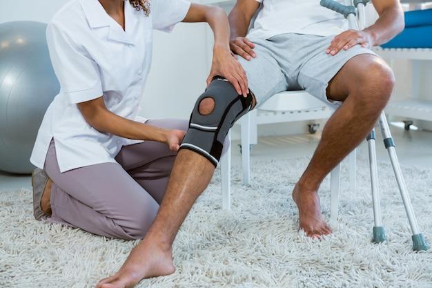 Физиотерапевт осматривает пациентов коленного сустава