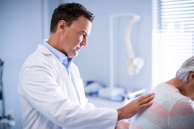 理学療法士が上級の患者にマッサージを与える