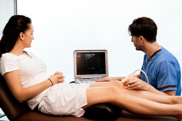 クリニックで女性に膝治療を行う理学療法士。理学療法のコンセプト