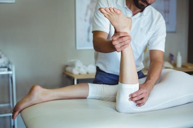 女性に脚のマッサージを与える理学療法士