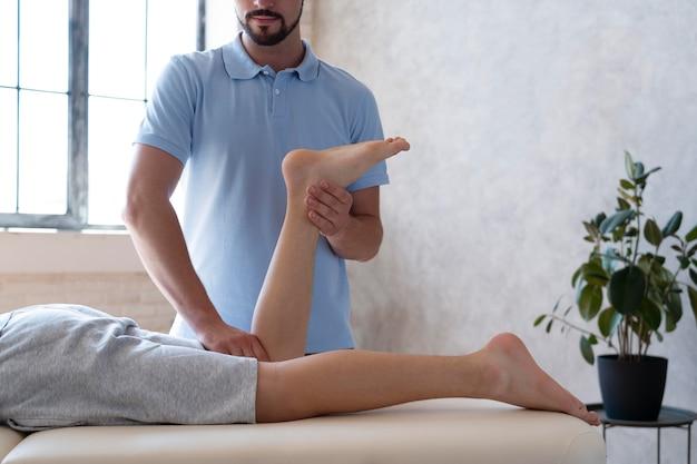 환자를 돕는 물리치료사 클로즈업