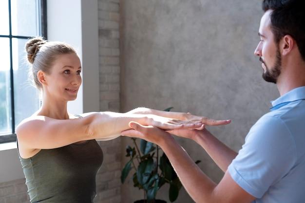 여자를 돕는 물리 치료사 클로즈업