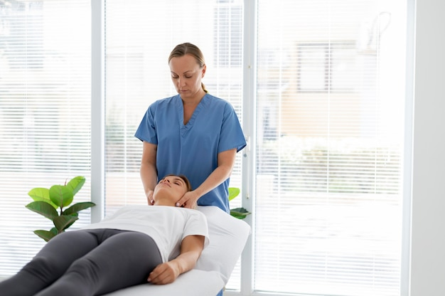 Fisioterapista che aiuta una giovane paziente