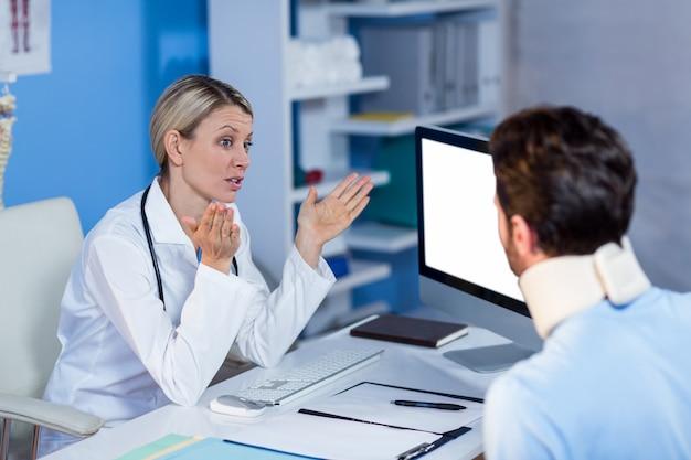 Физиотерапевт общается с пациентом