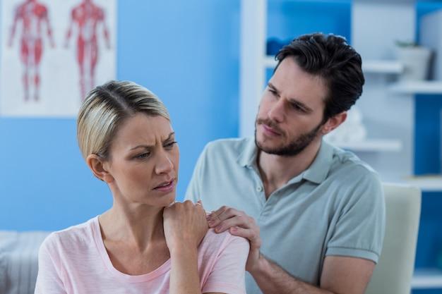 女性患者の理学療法士マッサージ肩