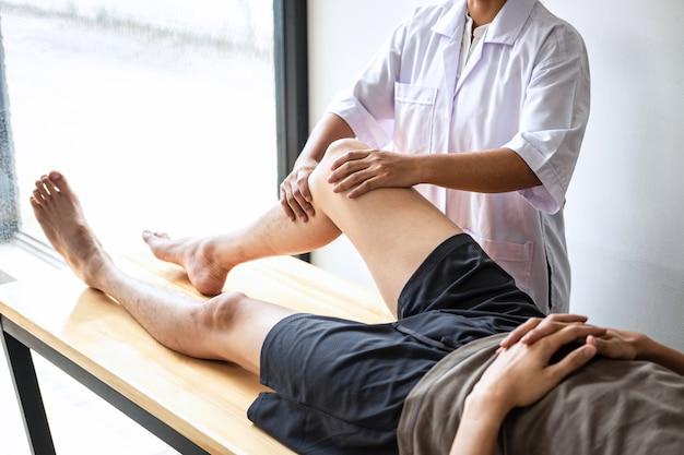 물리 치료사는 환자의 다리를 치료