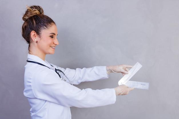 회색 배경에 goniometry와 물리 치료사