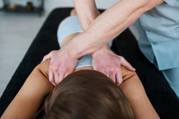 Fisioterapista e donna durante una sessione di terapia fisica