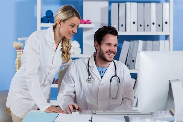 Физиотерапевт работает на компьютере