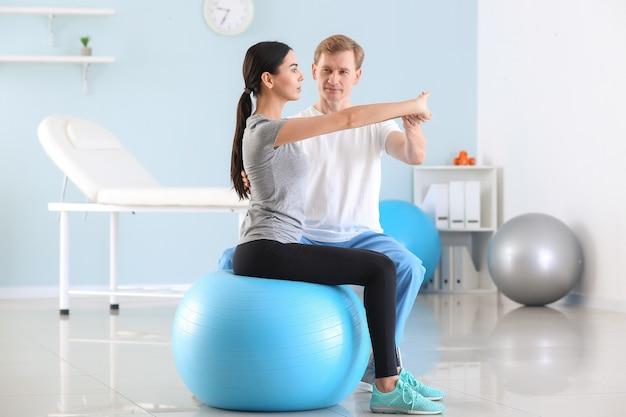 재활 센터에서 여성 환자와 함께 일하는 물리 치료사