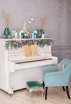 크리스마스 촛불 장식 방에 피아노