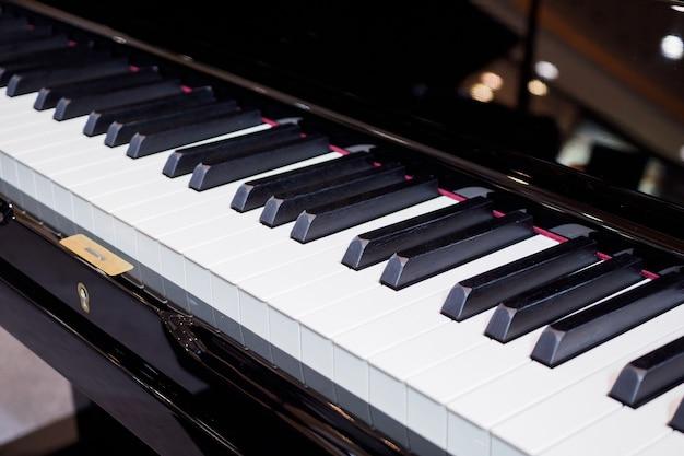 Клавиатура фортепиано крупным планом