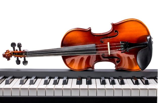 피아노 건반과 바이올린 흰색 절연