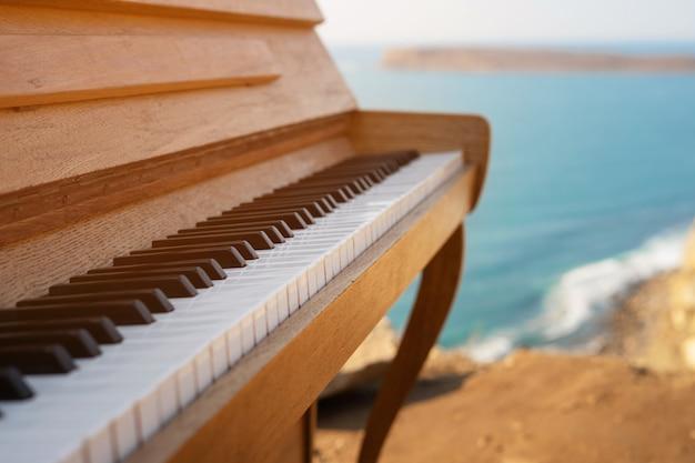 절벽에 바다 파도의 배경에 피아노 키 클로즈업