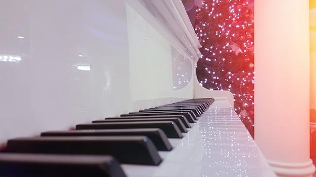 중앙에 피아노 키 클로즈업입니다. 흑백 사진입니다.