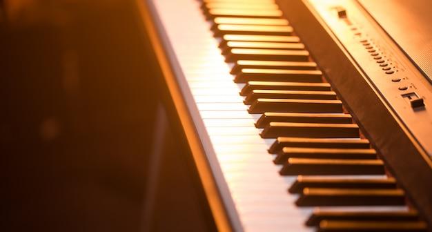 ピアノの鍵盤のクローズアップ