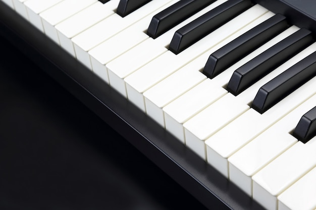 Клавиши пианино крупным планом на темном фоне