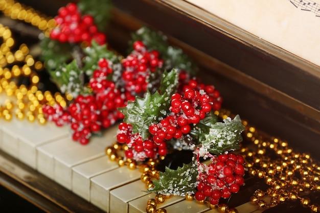 クリスマスの装飾で飾られたピアノの鍵盤、クローズアップ