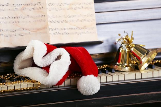 산타의 모자로 장식 된 피아노 건반을 닫습니다.