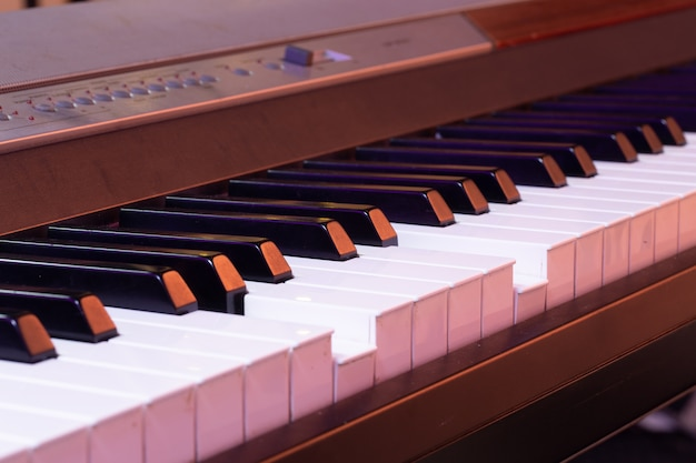 아름 다운 컬러 배경에 피아노 키를 닫습니다.