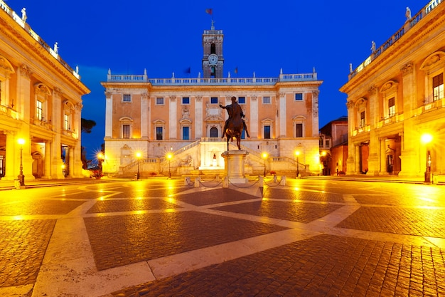 セナトリオ宮のファサードと夜のマーカスアウレリウスの騎馬像があるカピトリーノの丘の頂上にあるカンピドリオ広場、ローマ、イタリア