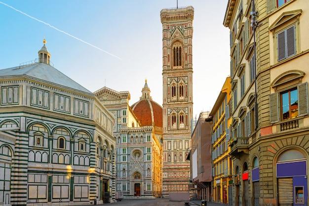 Пьяцца дель дуомо и собор санта-мария-дель-фьоре во флоренции, италия