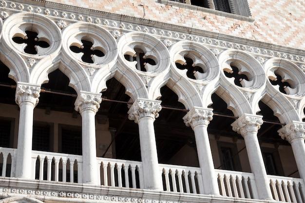 サンマルコ広場、ヴェネツィア、イタリア。古い宮殿のファサードの展望の詳細。
