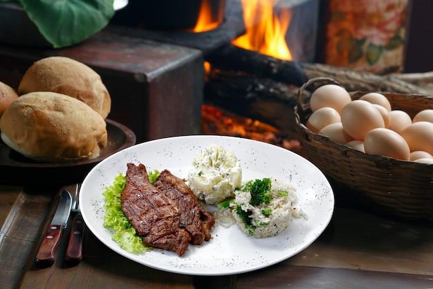쌀과 콩 드라이버가 있는 picanha 감자