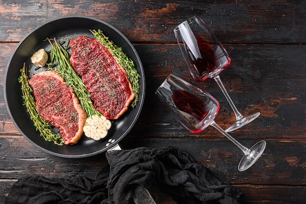 調味料、ローズマリー、ニンニクを添えたピカーニャ生有機ビーフステーキ