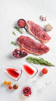 調味料、ローズマリー、トマターを添えたピカーニャ生有機ビーフステーキ