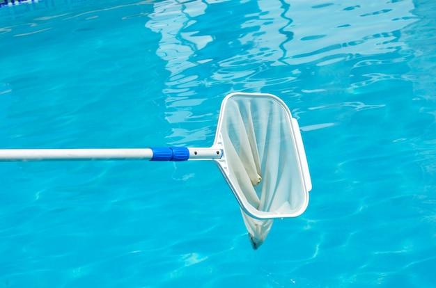 Подборщик поверхности бассейна