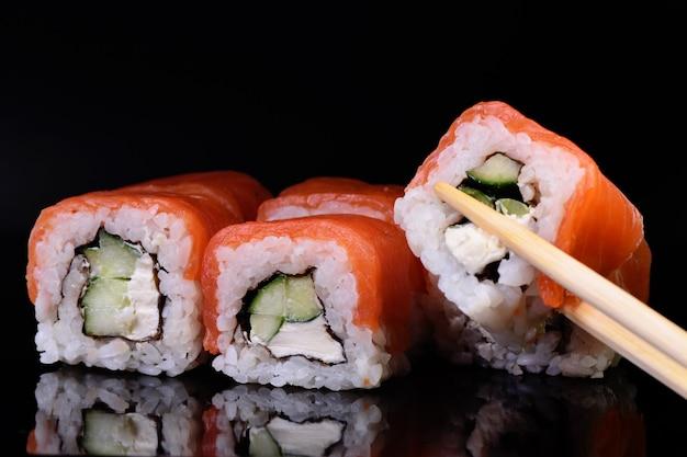 お箸でお寿司を摘む