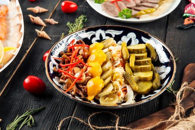 ピクルスマリネ前菜の盛り合わせ
