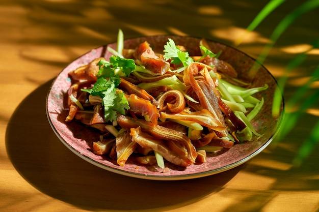フライパンで豚の耳を漬けて揚げたもの。中華料理。