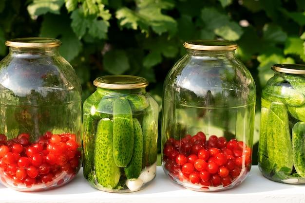 절인 오이 통조림과 항아리에 든 신선한 체리 설탕에 절인 과일은 비타민을 보존합니다