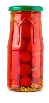 흰색 바탕에 유리 항아리에 절인된 체리 토마토.