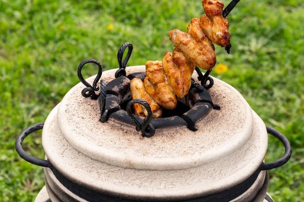 Маринованные куриные окорочка и крылышки на шпажках для приготовления в тандыре или на гриле