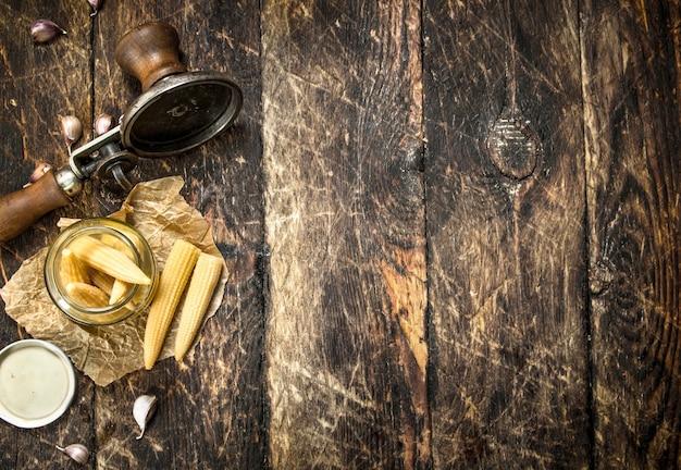 木製のテーブルにシーマーとトウモロコシのピクルス。