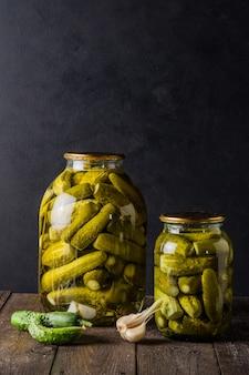 Маринованные огурцы в банке ингредиенты для маринования огурцов огурцы укроп чеснок стеклянная банка