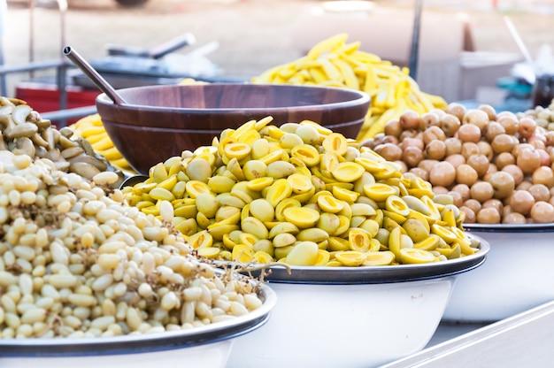 Маринованные фрукты, консервированные фрукты на местном рынке таиланда