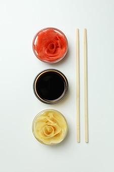 白い表面に生姜の酢漬け、醤油、箸