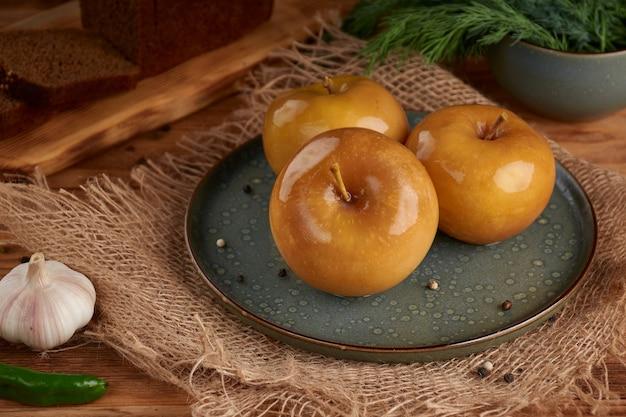 한 나무 접시에 절인 된 녹색 사과