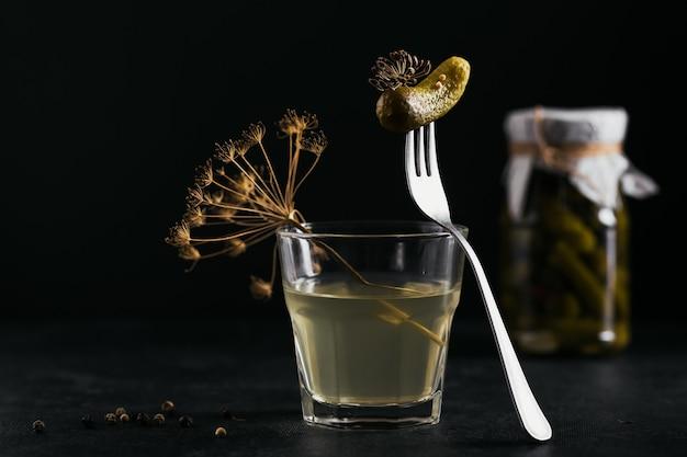 ガラスの瓶に漬けたジュース、漬物、きゅうりのマリネ。