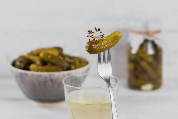 절인 주스, 피클 및 절인 오이를 그릇에 담습니다. 깨끗한 식사, 채식 음식 개념