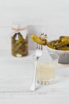 きゅうりのピクルスとキュウリのマリネをボウルに入れてきれいに食べるベジタリアン料理のコンセプト